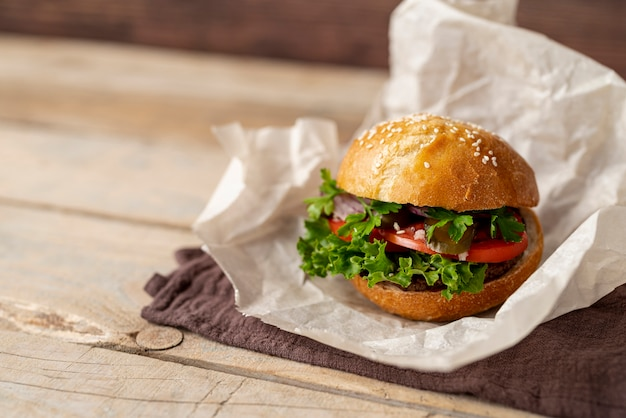 Hamburger del primo piano con fondo di legno Foto Premium