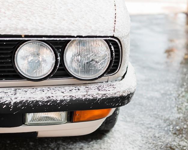 Close-up di lavaggio auto con schiuma Foto Premium