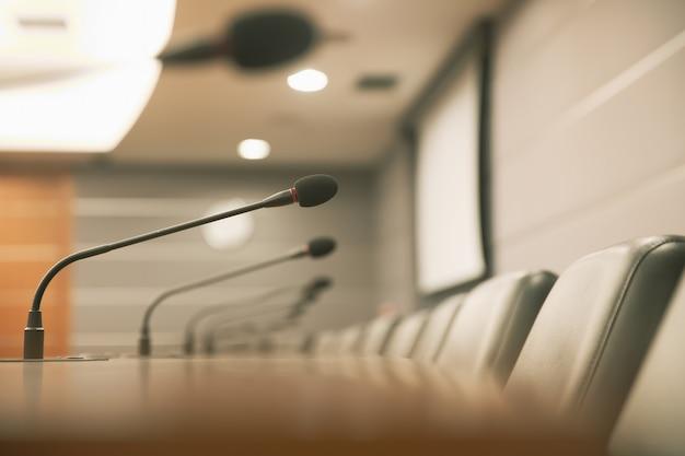 Chiudere il microfono della conferenza sul tavolo della riunione Foto Premium