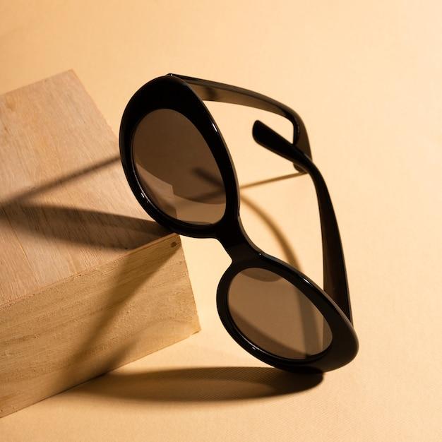 Occhiali da sole freschi del primo piano con ombra Foto Premium