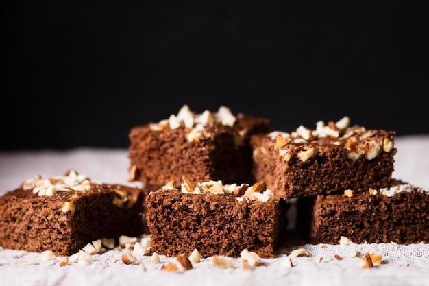 Brownies al cioccolato deliziosi primo piano pronti per essere serviti Foto Premium