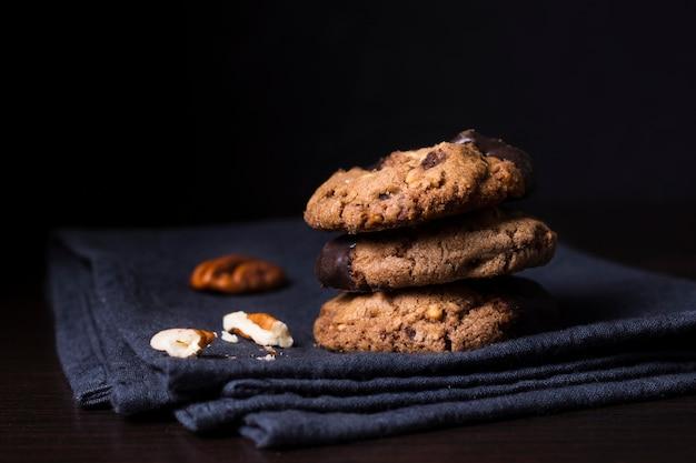 Biscotti deliziosi del cioccolato del primo piano con le noci Foto Premium