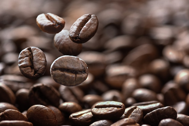 Primo piano di chicchi di caffè che cadono Foto Premium
