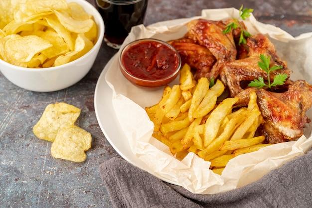 Fast food di primo piano sul tavolo Foto Premium