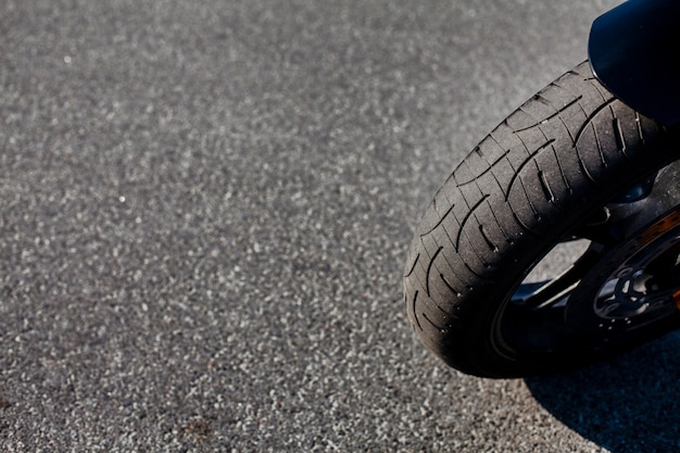 Chiuda sulla gomma anteriore della motocicletta Foto Premium