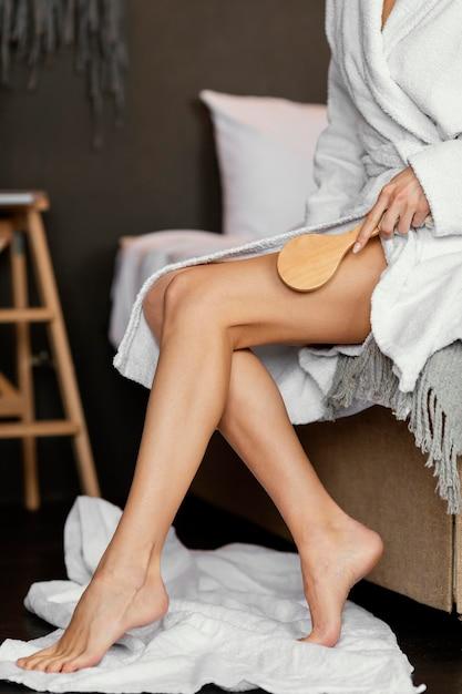Primo piano gamba spazzolatura a mano Foto Premium