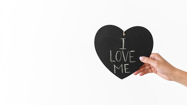 Primo piano mano che tiene il cuore con il messaggio Foto Premium