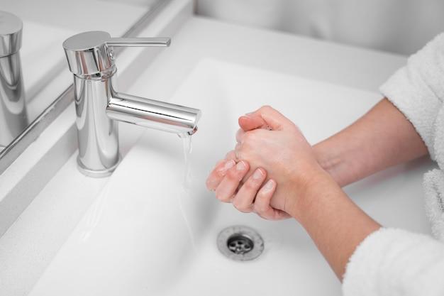 Close-up di lavaggio a mano concetto Foto Premium