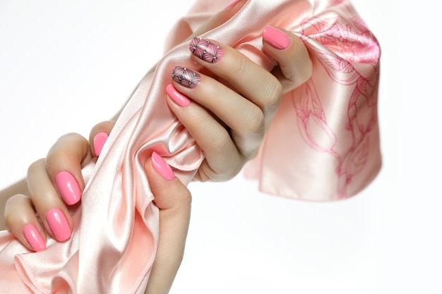 Primo piano sulle mani che tengono la sciarpa isoalted Foto Premium