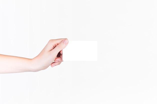 Primo piano di una mano umana che tiene biglietto da visita in bianco Foto Premium