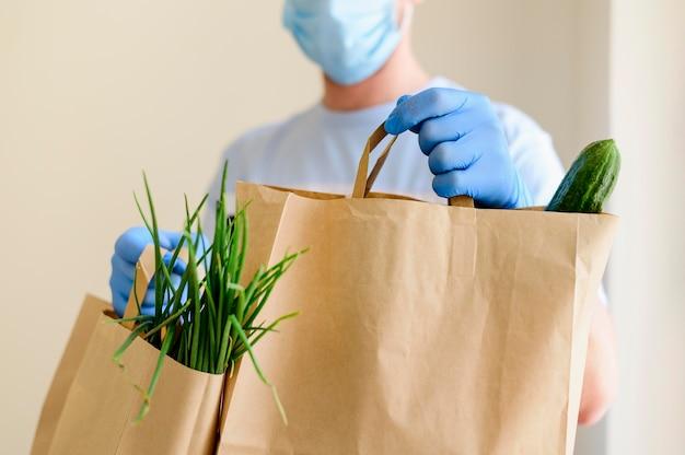 Primo piano consegna individuale di generi alimentari Foto Premium