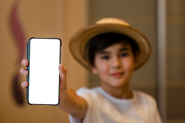 Close-up kid tenendo lo smartphone Foto Premium