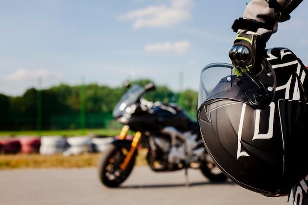 Chiuda sul casco di protezione della tenuta dell'uomo Foto Premium
