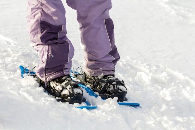 Primo piano dei piedi e delle gambe dello sciatore dell'uomo in breve ampi sci professionali luminosi di plastica sullo spazio soleggiato della copia della neve bianca. stile di vita attivo, sport estremi invernali e concetto di ricreazione. Foto Premium