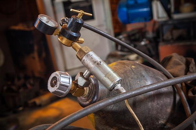 Primo piano di una bombola di gas in metallo Foto Premium