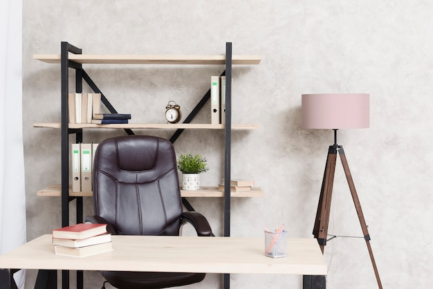 Scrittorio minimalista moderno del primo piano Foto Premium