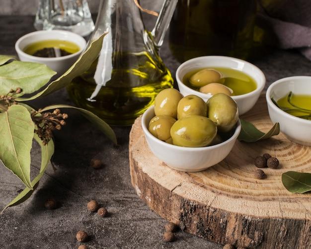 Olive e olio biologici del primo piano Foto Premium