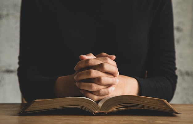 Primo piano sulla persona che legge la bibbia Foto Premium