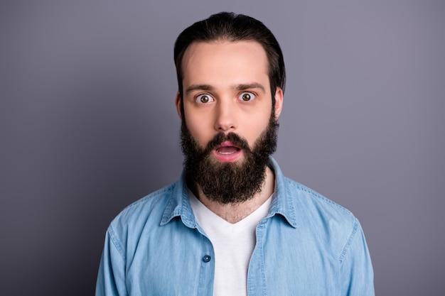 Primo piano foto di ragazzo barbuto curato e colpito guarda bene sentire incredibile novità promozionale gridare indossare abbigliamento elegante isolato sopra la parete di colore grigio Foto Premium