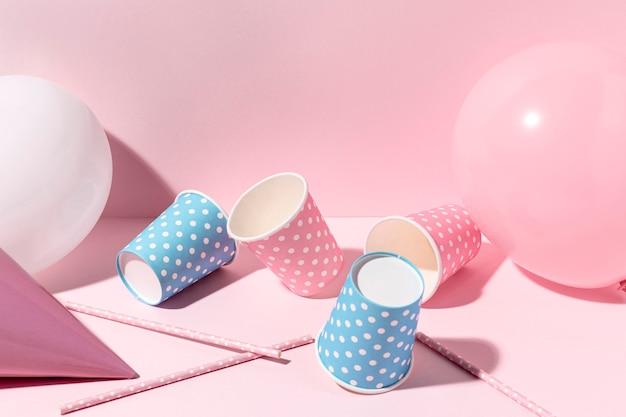 Decorazioni rosa del primo piano sulla tavola Foto Premium