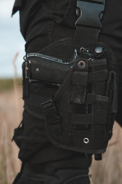 Primo piano della pistola nella fondina gonfiata Foto Premium