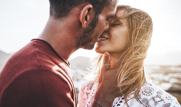 Close up ritratto di una giovane e bella coppia in attesa di baciare al tramonto Foto Premium