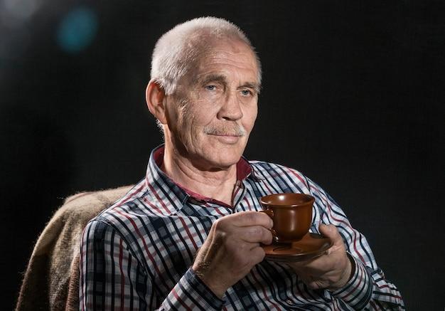 Ritratto di uomo anziano da vicino Foto Premium