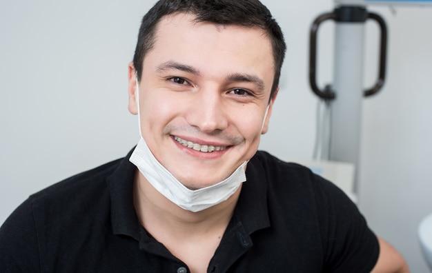 Chiuda sul ritratto del dentista maschio sorridente Foto Premium