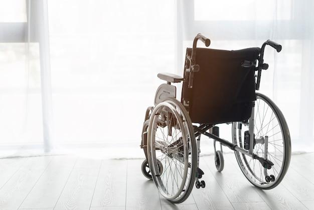 Sedia a rotelle professionale del primo piano all'interno Foto Premium
