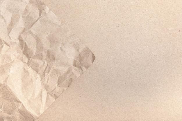 Primo piano di rughe marrone riciclato vecchio sgualcito con trama della pagina di carta Foto Premium