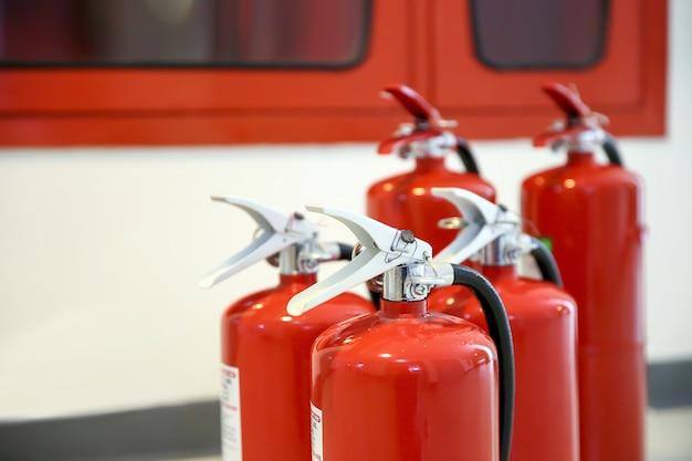 Primo piano il carro armato rosso degli estintori. Foto Premium