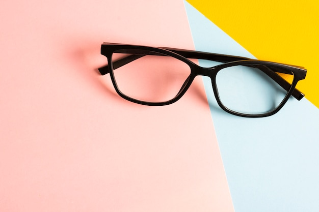 Bicchieri di plastica retrò close-up Foto Premium