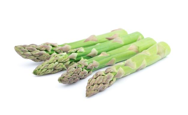 Primo piano su asparagi maturi isolati Foto Premium