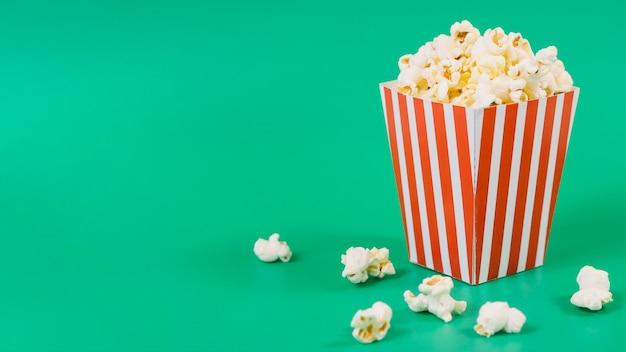 Contenitore di popcorn salato primo piano con lo spazio della copia Foto Premium