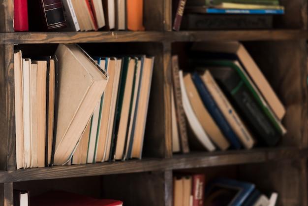 Selezione ravvicinata di libreria di letteratura Foto Premium