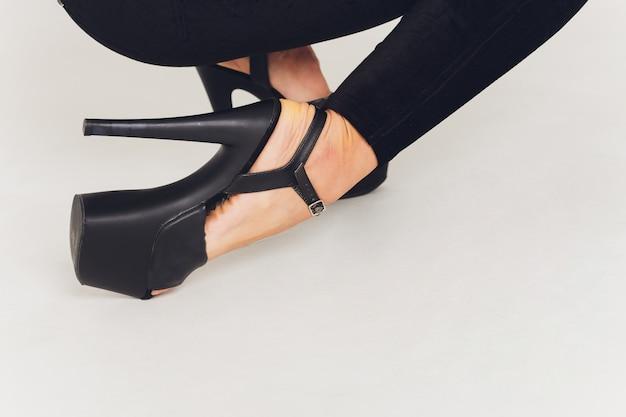 Primo piano di scarpe con tacchi alti sulle gambe Foto Premium