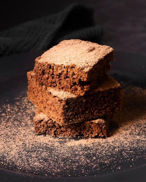 Brownie al cioccolato gustoso primo piano pronto per essere servito Foto Premium