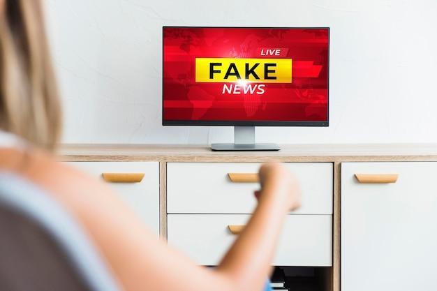 Televisione in primo piano con notizie false Foto Premium