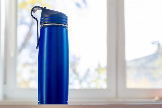 Chiuda in su di una boccetta del thermos in una luce del giorno Foto Premium