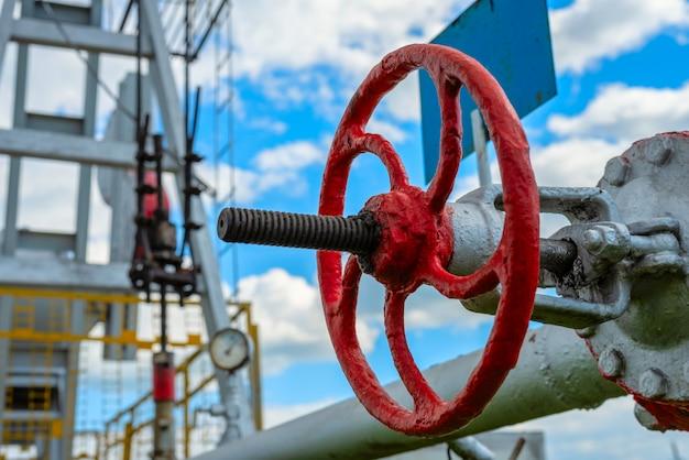 Valvola di primo piano nella stazione di pompaggio per petrolio e gas naturale Foto Premium