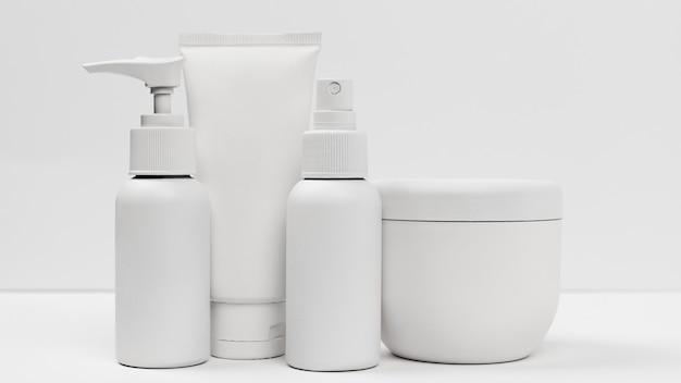 Vista ravvicinata di prodotti cosmetici con copia spazio Foto Premium