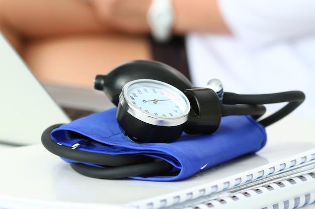 Vista ravvicinata del manometro posa sul tavolo di lavoro. area di lavoro dell'ospedale. concetto di assistenza sanitaria, servizio medico, trattamento, ipotonia o ipertensione. Foto Premium