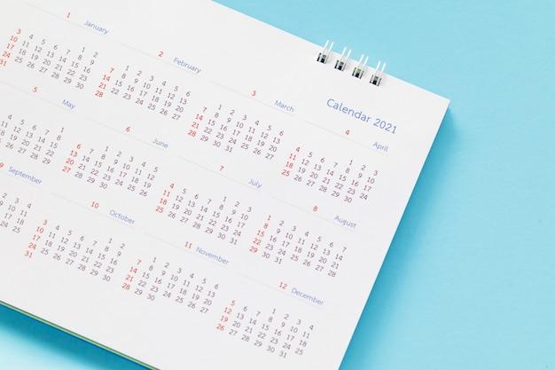 Chiudere il calendario da tavolo di carta bianca sul tavolo Foto Premium