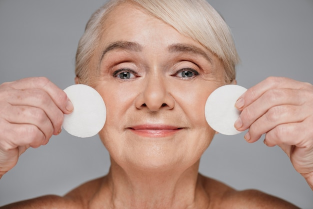 Close-up donna azienda tamponi di cotone Foto Premium
