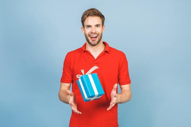 Primo piano sul giovane uomo bello isolato Foto Premium