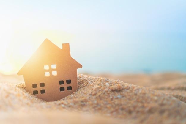 Modello domestico minuscolo alto chiuso su erba verde con la parete di luce solare. Foto Premium