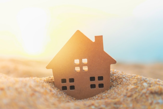 Modello domestico minuscolo alto chiuso su erba verde con luce solare Foto Premium