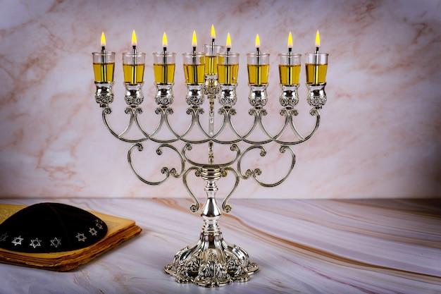 Primo piano di un candelabro ardente di chanukah con candele menorah una tradizionale festa ebraica Foto Premium