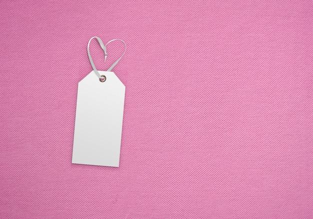 Etichetta dell'etichetta dei vestiti sul fondo del panno. modello di modello di branding Foto Premium
