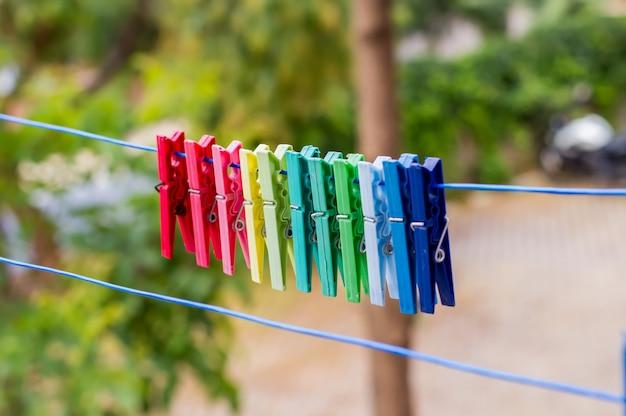 Mollette da bucato appesi su stendibiancheria Foto Premium